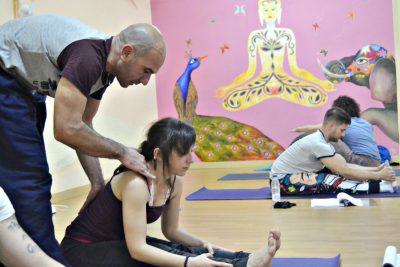 Corrección de asanas durante de la clase de yoga